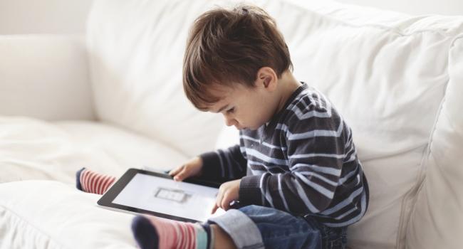 ребенок с планшетом фото