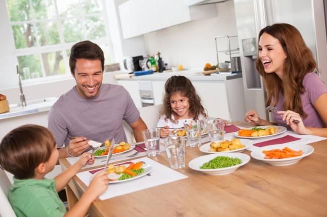 семья за завтраком перед школой